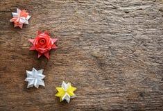 Flores de la cinta en el fondo de madera Foto de archivo