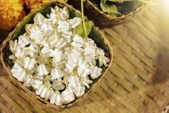 Flores de la corona o milkweed indio gigante en una cesta fotos de archivo