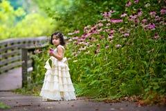 Flores de la cosecha de la muchacha Fotos de archivo libres de regalías
