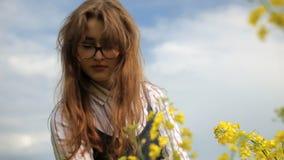 Flores de la cosecha del adolescente en el campo almacen de metraje de vídeo