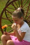 Flores de la explotación agrícola de la muchacha Fotos de archivo libres de regalías