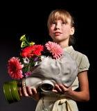 Flores de la explotación agrícola del niño y careta antigás. Foto de archivo