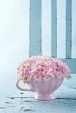 Flores de la hortensia en una silla del vintage Imagen de archivo libre de regalías