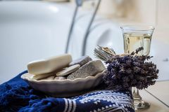 Flores de la lavanda, toalla, accesorios del cuarto de baño y un vidrio de vino blanco - balneario casero Fotos de archivo libres de regalías