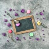 Flores de la lila de las galletas de los macarrones Vintag antiguo de los utensilios de la cocina Imagen de archivo