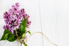 Flores de la lila en la tabla de madera Tarjeta de felicitación Imagen de archivo