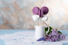 Flores de la lila y galletas francesas púrpuras de los macarrones imágenes de archivo libres de regalías