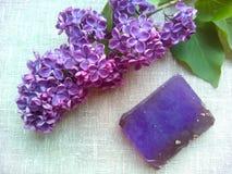 Flores de la lila y jabón púrpuras de la fragancia fotos de archivo libres de regalías