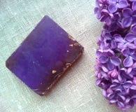 Flores de la lila y jabón púrpuras de la fragancia imágenes de archivo libres de regalías