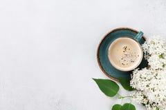 Flores de la lila y taza de café blancas foto de archivo libre de regalías