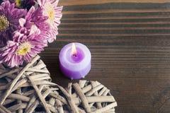 Flores de la margarita y corazón de mimbre decorativo Fotografía de archivo libre de regalías