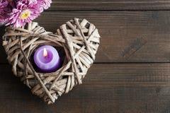 Flores de la margarita y corazón de mimbre decorativo Foto de archivo libre de regalías