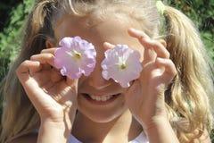 Flores de la niña en los ojos Imagen de archivo