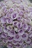 Flores de la pieza central de las rosas de la lavanda imagen de archivo libre de regalías