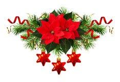 Flores de la poinsetia y decoraciones rojas de la Navidad Imagenes de archivo