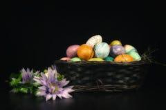Flores de la primavera de la cesta de Pascua Foto de archivo libre de regalías