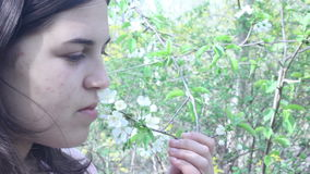 Flores de la primavera de la chica joven que huelen metrajes