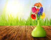 Flores de la primavera en el florero decorativo verde Imagen de archivo libre de regalías