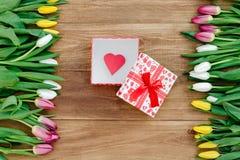 Flores de la primavera en el tablero Fotos de archivo