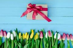 Flores de la primavera en el tablero Fotografía de archivo libre de regalías