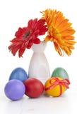 Flores de la primavera en florero con los huevos de Pascua Fotos de archivo libres de regalías