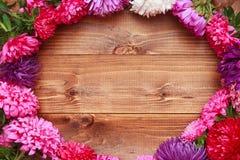 Flores de la primavera en fondo de madera Fotografía de archivo libre de regalías