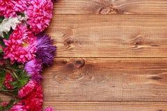 Flores de la primavera en fondo de madera Imágenes de archivo libres de regalías
