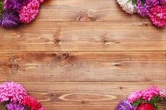 Flores de la primavera en fondo de madera Foto de archivo