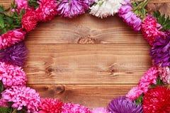 Flores de la primavera en fondo de madera Imagenes de archivo
