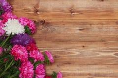 Flores de la primavera en fondo de madera Fotos de archivo