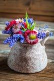 Flores de la primavera en un florero Foto de archivo