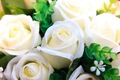 Flores de la rosa del blanco hechas de tela Fotografía de archivo