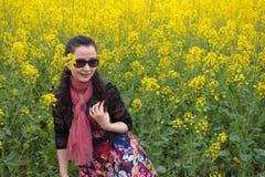 Flores de la violación de la mujer y de semilla oleaginosa Fotos de archivo