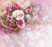 Flores de las rosas en cesta en fondo de los pétalos Imagen de archivo