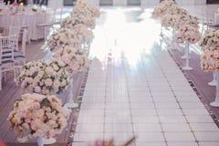 Flores de las sillas de tablas de las decoraciones de la boda imagenes de archivo