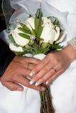Flores de los anillos de bodas N fotos de archivo