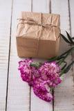 Flores de los claveles y caja de regalo Imágenes de archivo libres de regalías