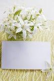 Flores de los lirios con una tarjeta Foto de archivo