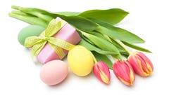 Flores de los tulipanes de la primavera con la caja de regalo Fotos de archivo libres de regalías