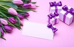 Flores de los tulipanes de la primavera y accesorios del día de fiesta foto de archivo