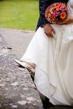 Flores de los zapatos de la boda de novia y del novio fotografía de archivo libre de regalías