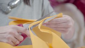 Flores de papel amarelas gigantes: o processo de criação vídeos de arquivo