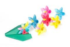 Flores de papel coloridas e plano do papel verde Imagens de Stock