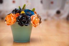Flores de papel coloridas en un pequeño cubo Foto de archivo libre de regalías