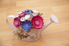 Flores de papel coloridas en un pequeño handshower Imágenes de archivo libres de regalías