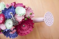 Flores de papel coloridas en un pequeño handshower rosado Foto de archivo libre de regalías