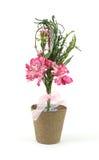 Flores de papel cor-de-rosa em um potenciômetro da turfa fotografia de stock