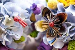 Flores de papel de la papiroflexia colorida Foto de archivo libre de regalías