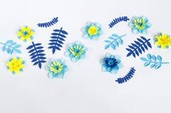 Flores de papel feitos a mão no fundo azul Passatempo favorito fotos de stock royalty free