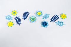 Flores de papel feitos a mão no fundo azul Passatempo favorito imagem de stock